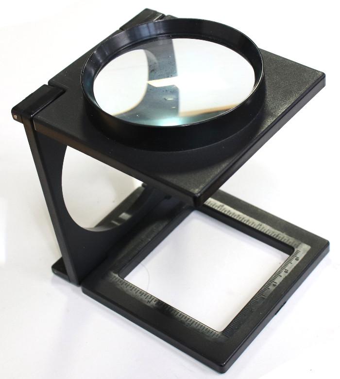 開いた拡大鏡の写真