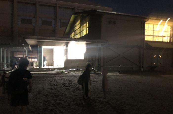 真っ暗な体育館