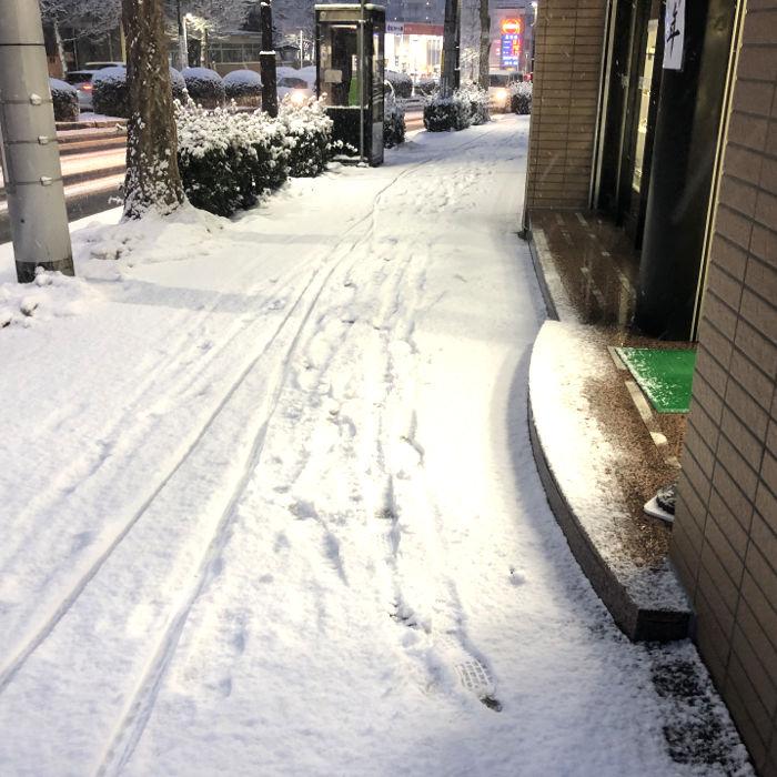 店の前の積雪