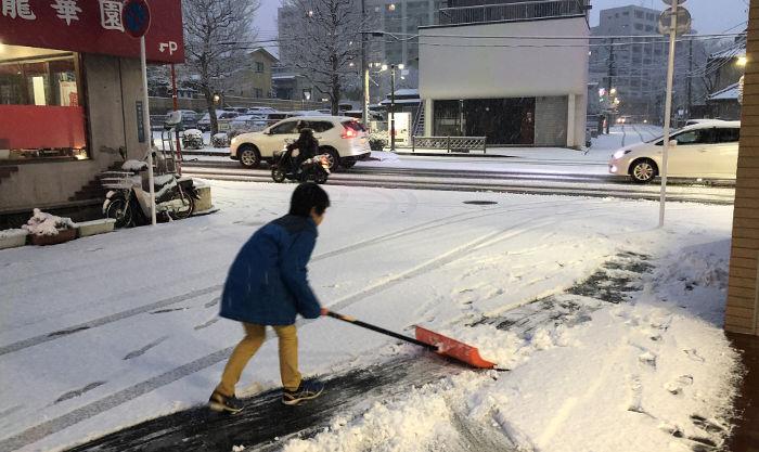 雪かきを手伝う息子