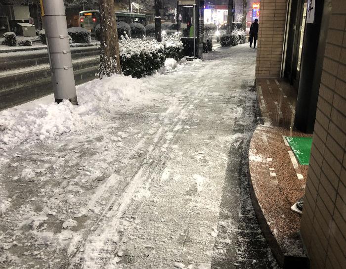 雪かき後の店先