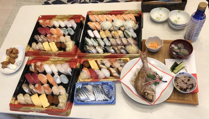 テーブルに並んだ大量のお寿司
