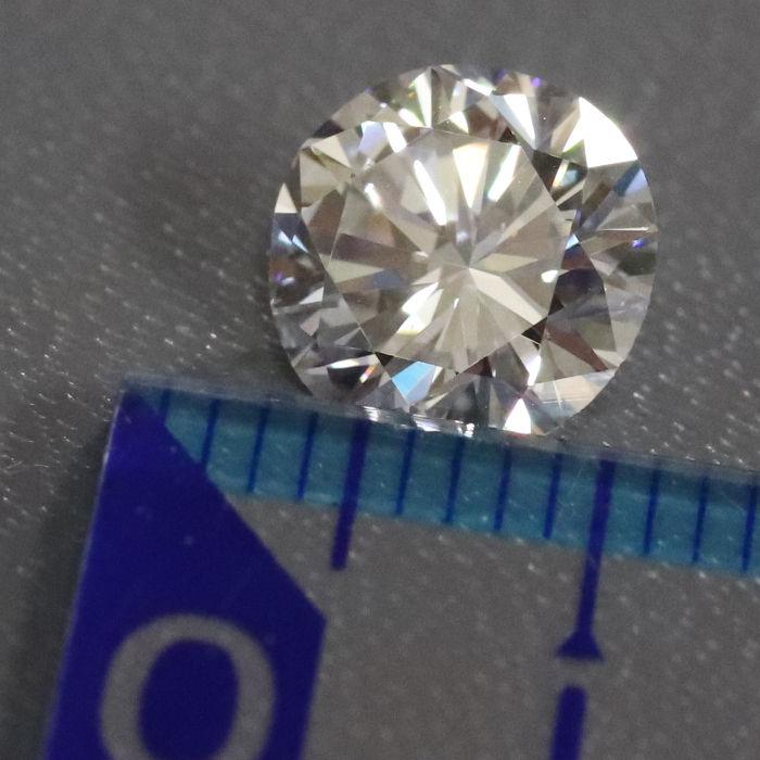 ダイアモンドの大きさを定規で撮影した画像