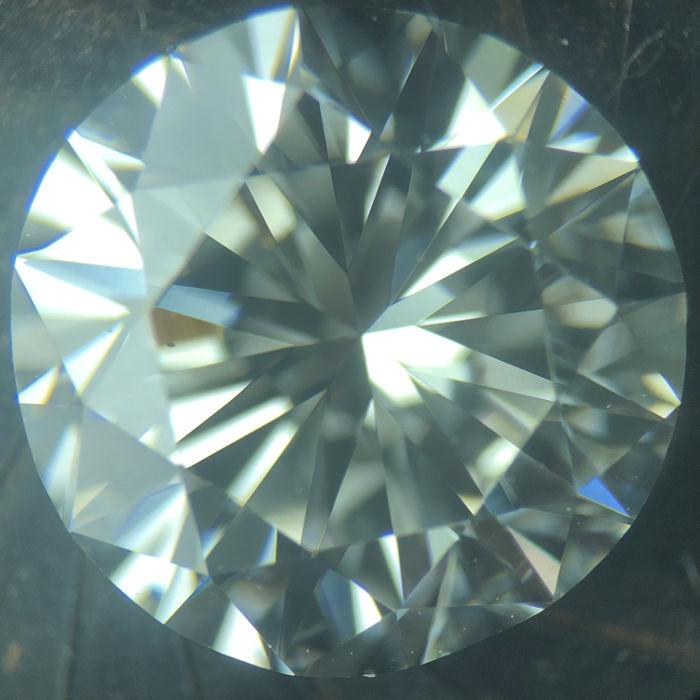 ダイアモンドの内部を顕微鏡で覗いた様子
