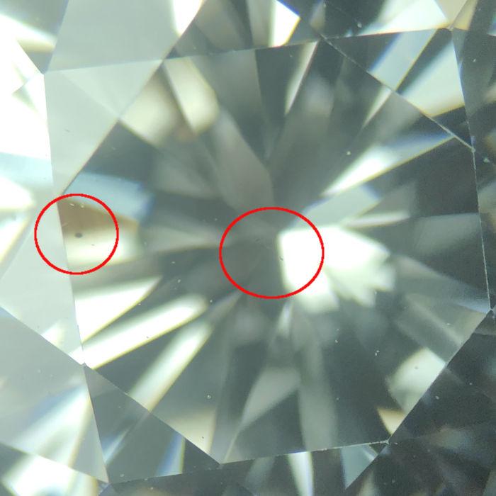 ダイアモンドの内部のインクルージョンを更に拡大した画像